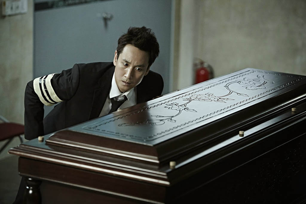 Homicide detective Ko (Lee Sun-kyun) is startled by the unexpected sounds coming from his mother's coffin, in the Korean film A Hard Day.